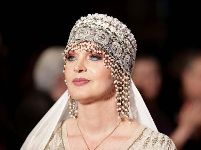 Manuela Harabor care poarta un turban accesorizat cu cristale si un voal alb