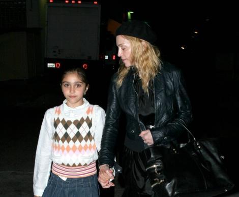 Fiica Madonnei a devenit femeie în toată regula. Cum a fost surprinsă Lola la plajă, alături de un bărbat misterios