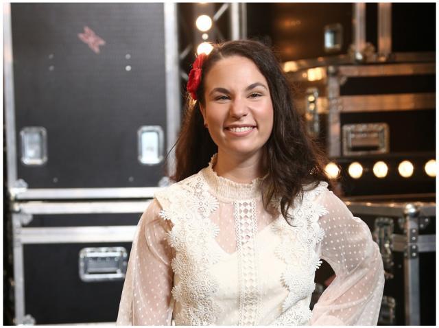 Andrada Precup, îmbrăcată într-o rochie albă, la X Factor 2020