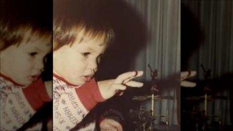 Băiețelul adorabil din imagine a devenit unul dintre cei mai doriți bărbați. Cum arată și cine este