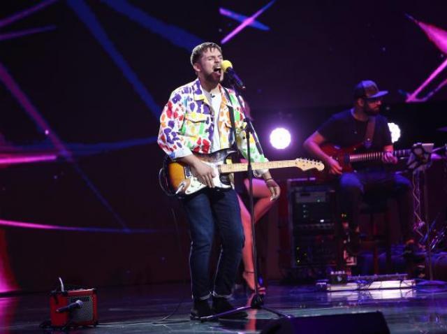 Adrian Petrache, cântând la chitară, pe scena X Factor 2020
