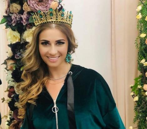 Anamaria Prodan, într-un trening de culoarea smaraldului și cu o coroană pe cap