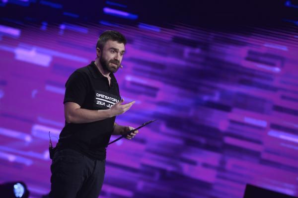 """Finala iUmor 2020. Ștefan Nistor a făcut spectacol pe scenă:""""De ce alegeți ținta ușoară mereu?"""