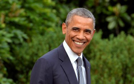 Barack Obama imbracat la costum si zambeste