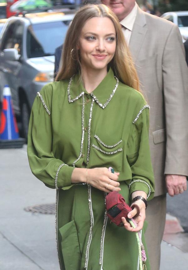 Amanda Seyfried pe strada, intr-o rochie verde