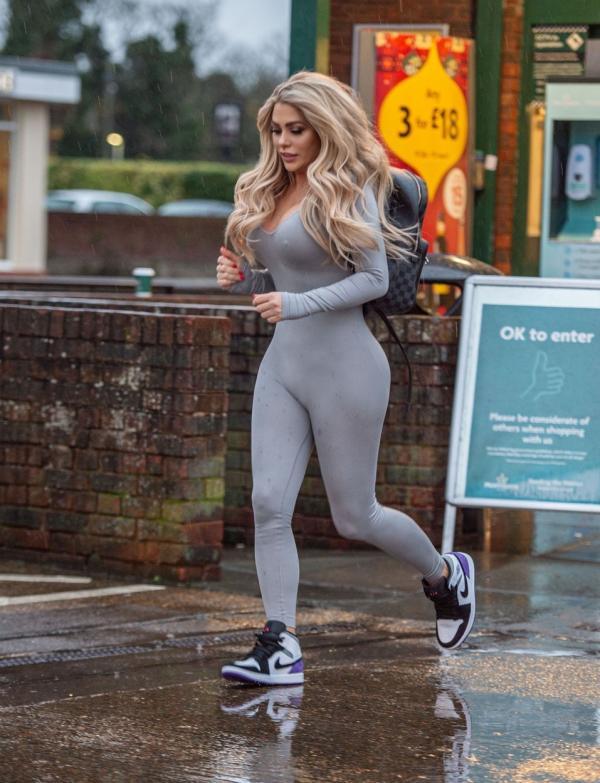 Bianca Gascoigne, fotografiata in timp ce fuge spre magazin, in timp ce poarta o tinuta provocatoare