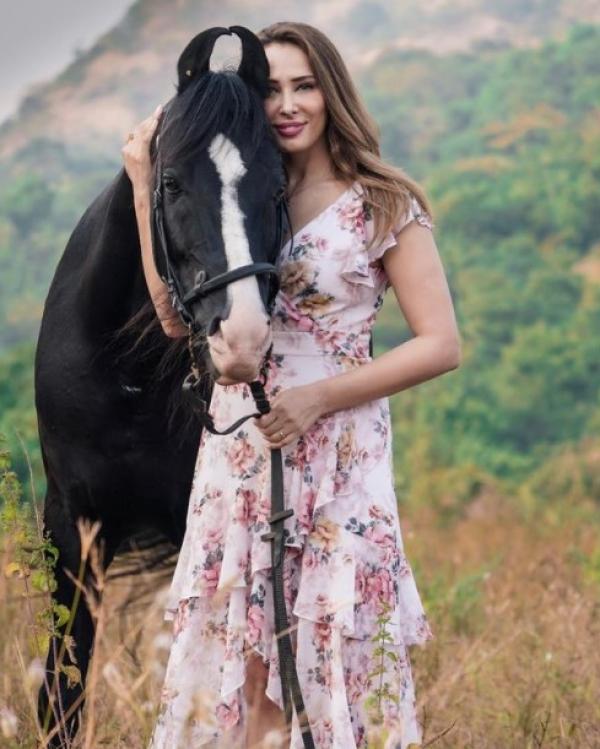 Iulia Vântur, îmbrăcată din cap până în picioare în straie tradiționale indiene. Cum arată iubita lui Salman Khan