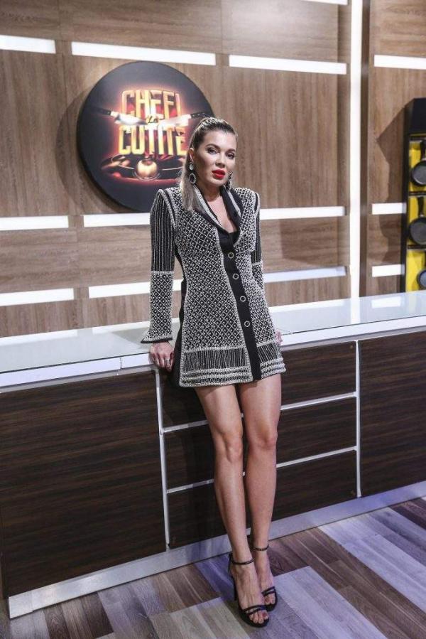 Gina Pistol, în bucătăria Chefi la cuțite, purtând o rochie gri, scurtă