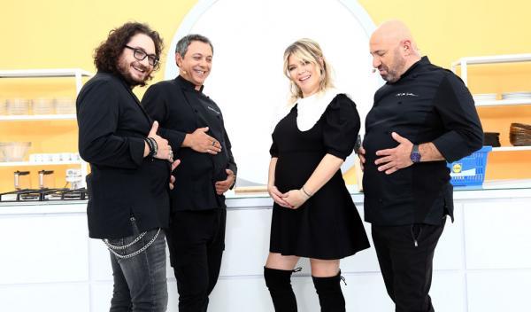 Gina Pistol, alături de cei trei chefi, întrebându-se cine are burtica mai mare