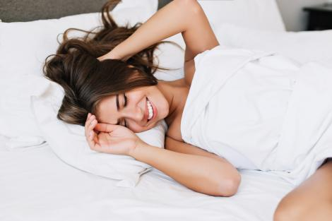Femeie care doarme in pat