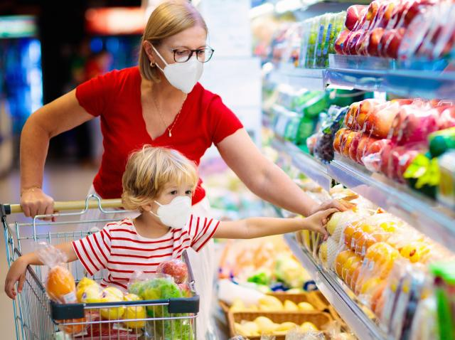 O mama cu copilul ei la cumparaturi