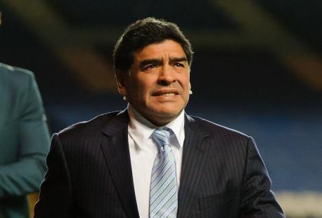 diego Maradona imbracat la costum pe terenul de fotbal