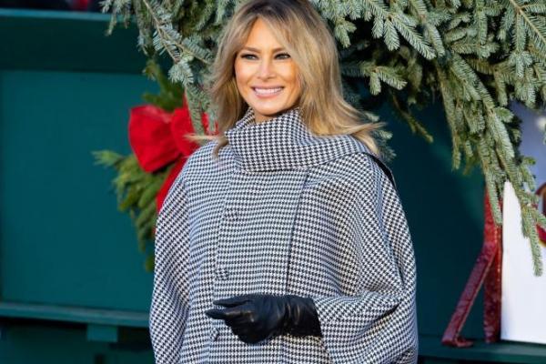 Melania Trump, cu o haină gri, la primirea brazilor de Crăciun