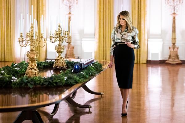 Melania Trump, purtând o fustă neagrră , la Casa Albă