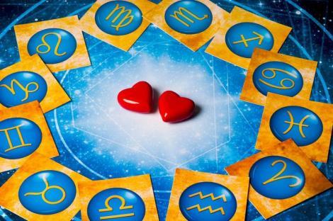 Horoscop, fundal albastru cu doua inimi rosii