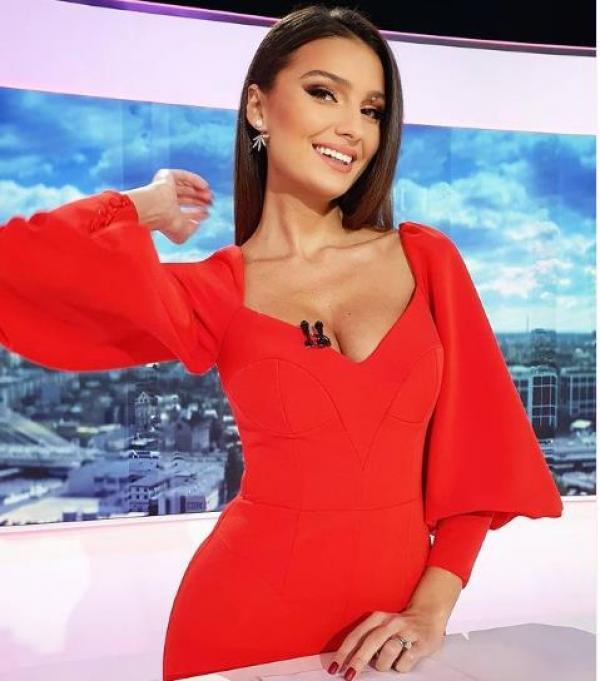 Olivia Păunescu, într-o rochie roșie la Observator