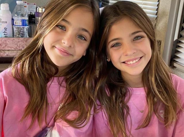 Gemenele Leah Rose și Ava Marie, imbracate in tinute roz