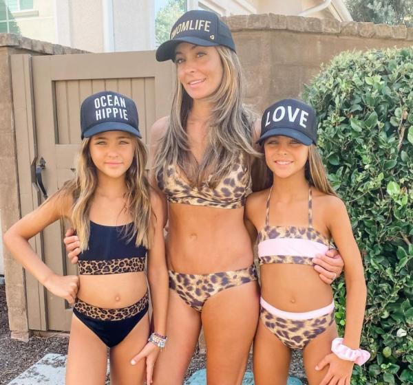 Gemenele Leah Rose și Ava Marie Clements, alaturi de mama lor, imbracate in costume de baie