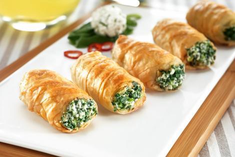 Rulouri din foietaj cu brânză și ceapă verde, perfecte pentru platoul cu aperitive
