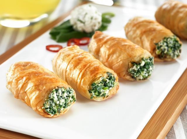 Rulouri umplute cu brânză și ceapă verde