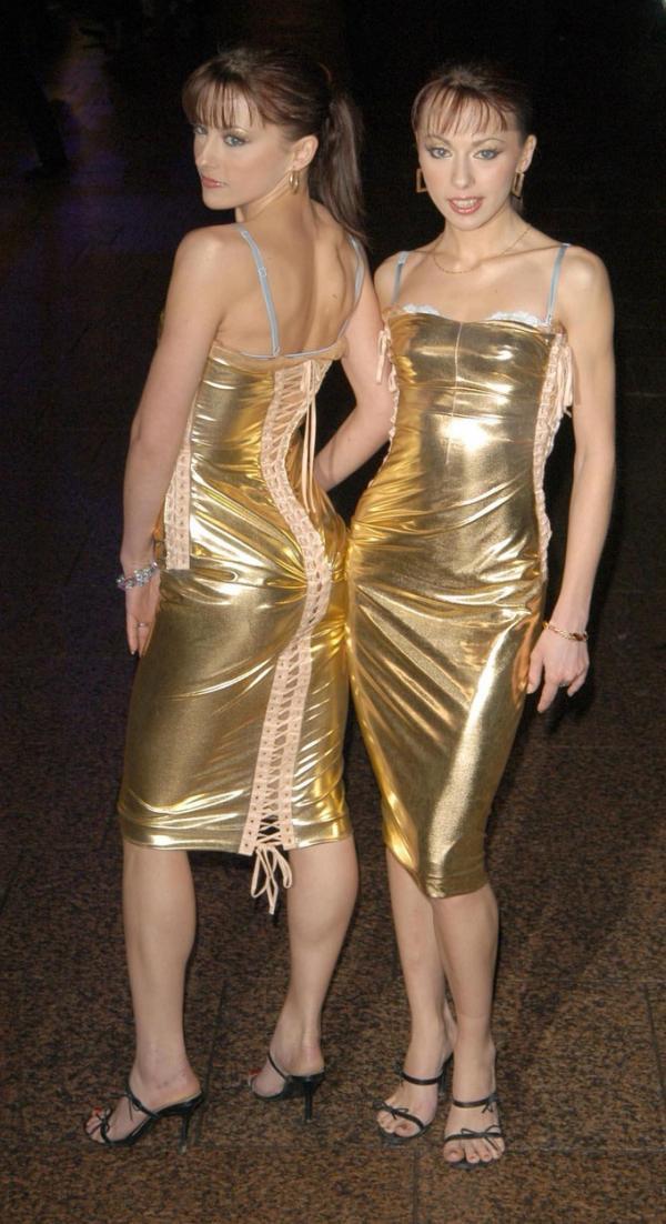 Cheeky Girls, in floarea carierei, in timp ce pozeaza imbracate in rochii aurii