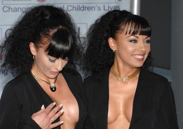 Cheeky Girls, imbracate intr-o rochie neagra, cu un decolteu adanc