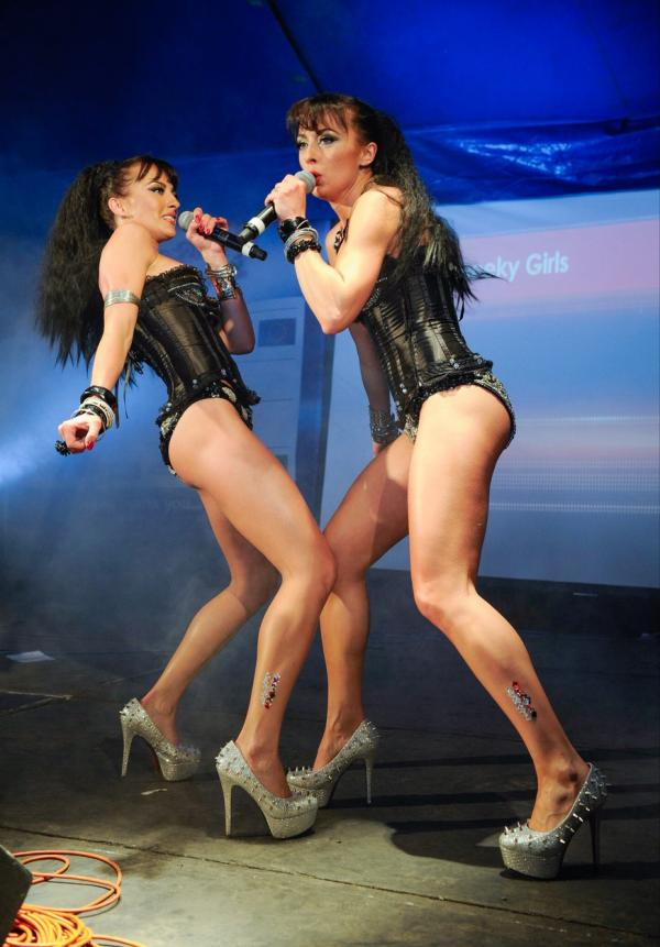 Surorile Monica și Gabriela Irimia, pe scena, imbracate in body uri negre si sexy
