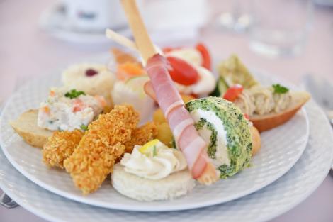 Ce poți pune pe un platou cu aperitive pentru mesele festive
