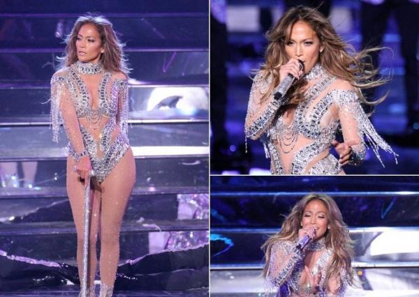 Jennifer Lopez pe scenă, imbracata intr-o tinuta din dantela transparenta si paiete arginti