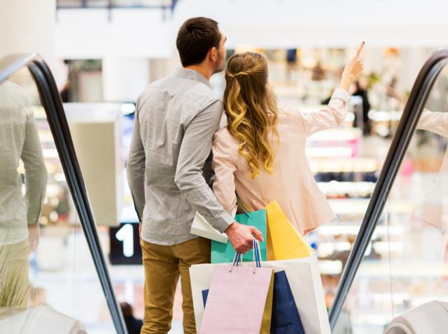 tineri intr-un mall, care se numara printre centrele cu program extins de revelion 2021