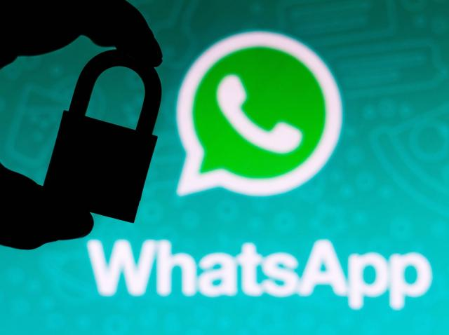 Aplicatia WhatsApp si un lacat langa ea