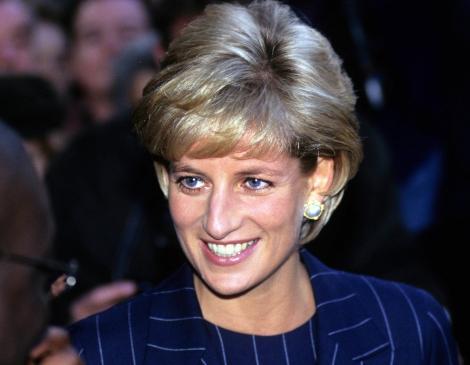 Printesa Diana zambind, intr-un costum albastru