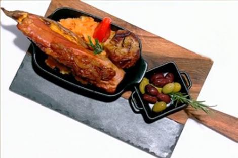 Mușchiuleț de porc umplut cu sos de ceapă și piure de cartofi dulci