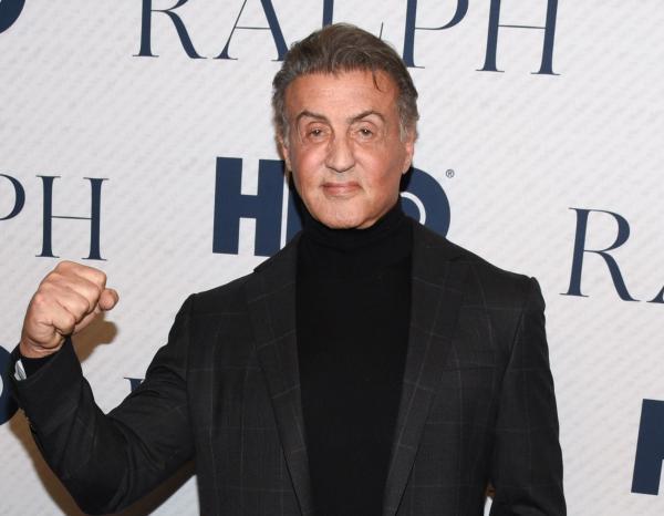 Sylvester Stallone pe covorul rosu, la costum negru