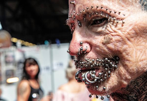 Rolf Buchholz, barbatul cu cei mai multi cercei din lume, imagine cu focus pe piercingurile din jurul buzei si ochilor