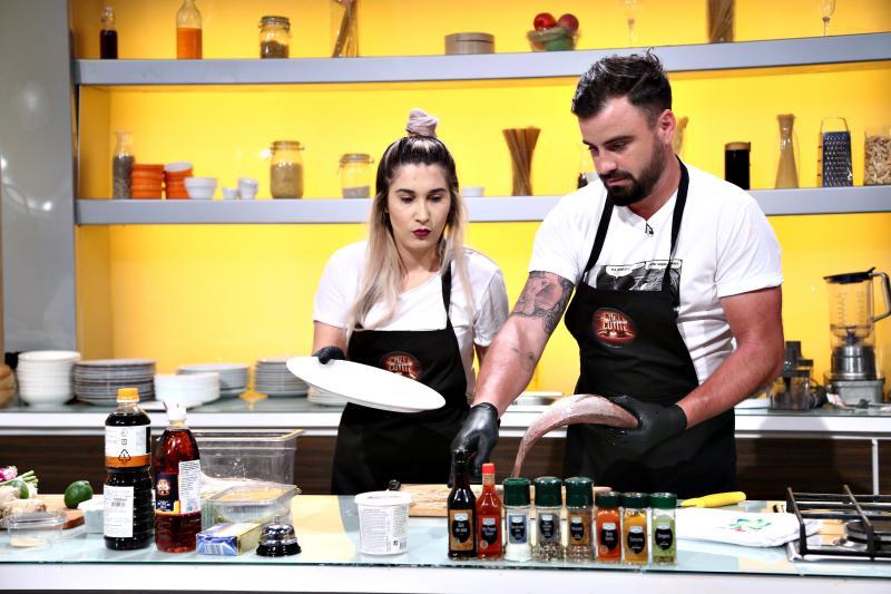 """Adda și Cătălin Rizea gătind în bucătăria emisiunii """"Chefi la cuțite"""", sezonul 8"""