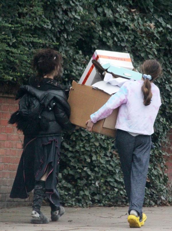 Helena Bonham Carter, neîngrijită, la un centru de reciclare, alături de o prietenă