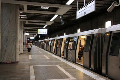 metroul, oprit in statia unirii, inainte de a se afla programul metrorex si stb pe 1 și 2 ianuarie 2021