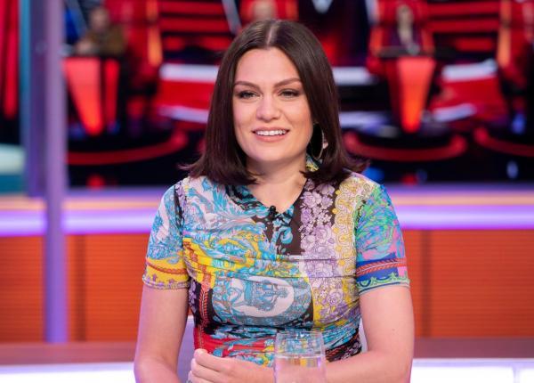 Jessie J, în platoul unei emisiuni tv, la Londra, fotografiată în timp ce vorbește cu prezentatorii