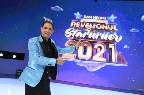 Dan Negru in fata logo-ului Revelion 2021