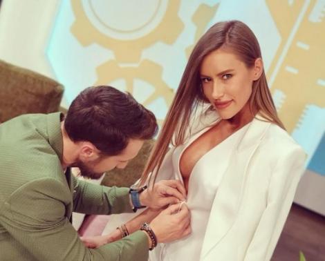 """Dani Oțil, fotografiat când închide sacoul iubitei sale, Gabriela Prisăcariu, la """"Neatza cu Răzvan și Dani"""""""
