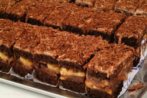 Prăjitură cu ciocolată și cremă caramel cu banane