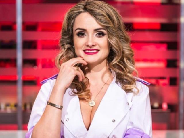 """Amalia Bellantoni purtând tunica mov, în calitate de concurent în echipa lui Cătălin Scărlătescu de la """"Chefi la cuțite"""" sezonul 7"""