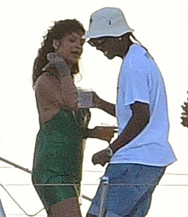 Rihanna și A$AP Rocky, noul iubit al artistei, discută la bordul unui catamaran în Barbados