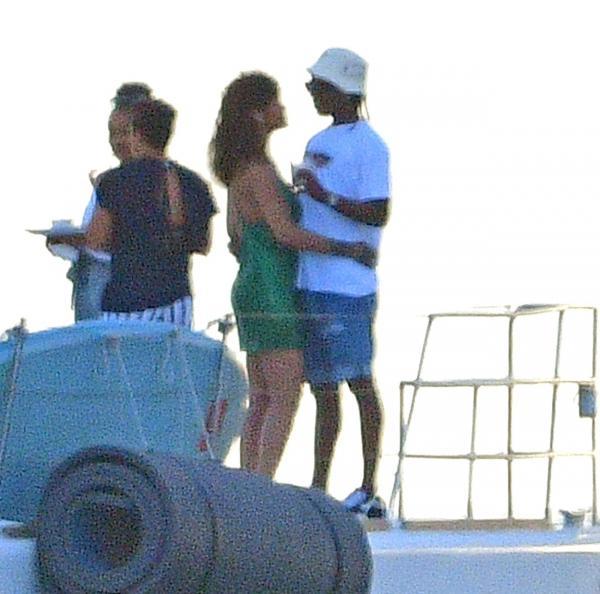 Rihanna, într-o rochie verde, și A$AP Rocky, noul ei iubit, surprinși în ipostaza tandre la bordul unui catamaran