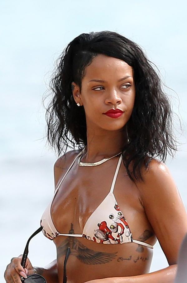 Rihanna poartă un costum de baie care îi lasă la vedere tatuajul de sub sâni