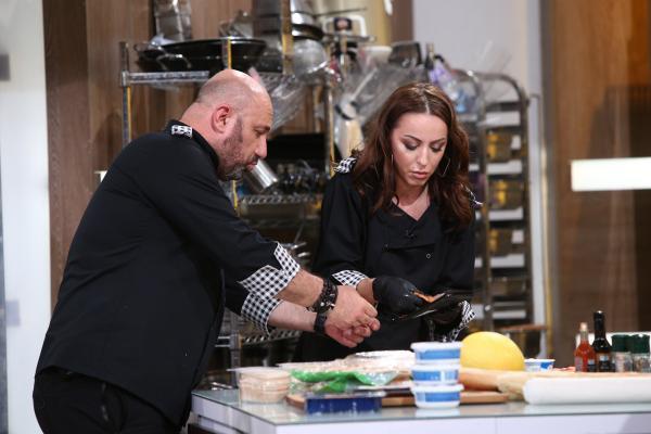 """Lavinia Ilcău gătind în bucătăria """"Chefi la cuțite"""", sezonul 8"""