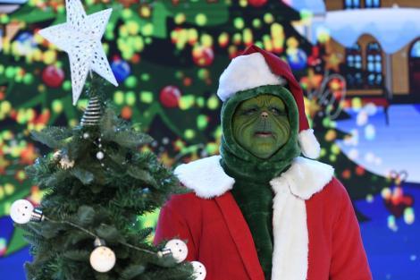 Grinch, Cosmin Contra mascat, la Revelionul Starurilor 2021 cu un brad in mana