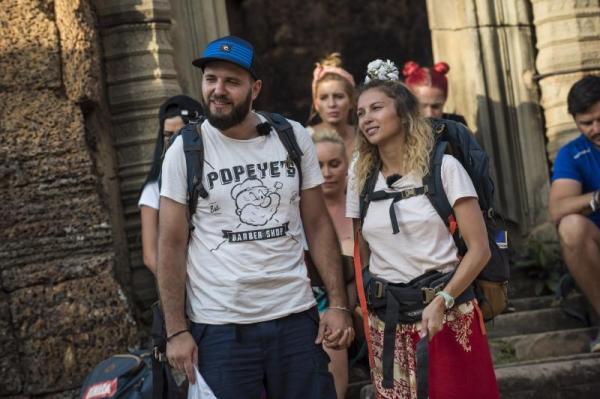 Lora și Ionuț Ghenu, purtând tricouri albe și rucsaci în spate, la Asia Express