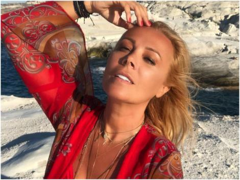 Dana Săvuică, într-o rochie de plajă roșie